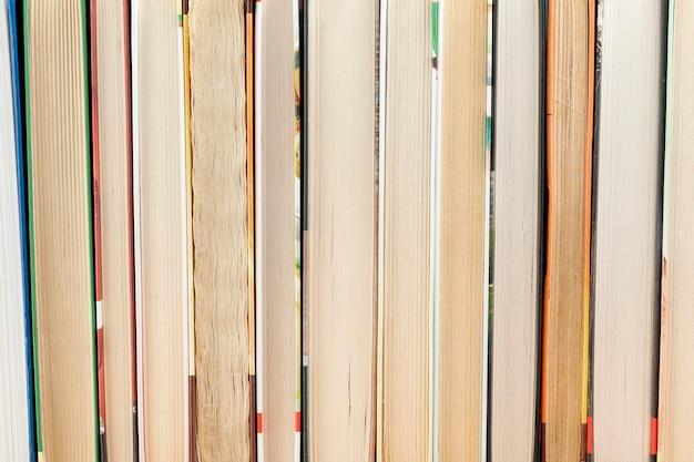 Primo piano della carta dei libri usati