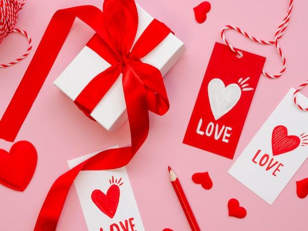 Chiuda sulle etichette e sui regali del biglietto di s. valentino