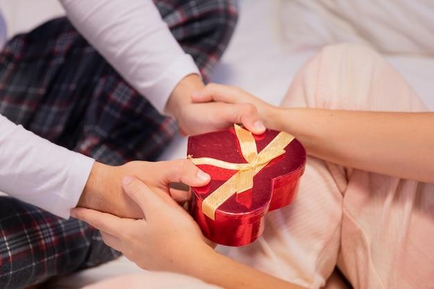 Casella presente dei biglietti di s. valentino del primo piano