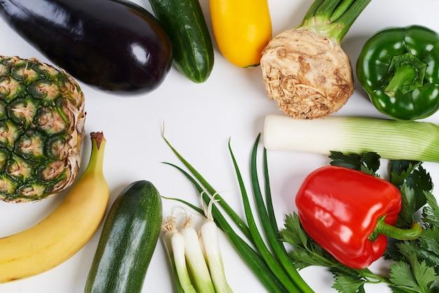Close up di varie verdure e frutta su sfondo bianco