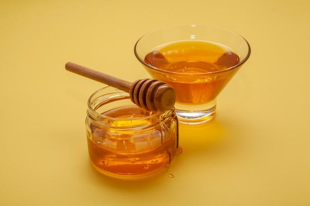 Close-up varietà di ciotole di miele