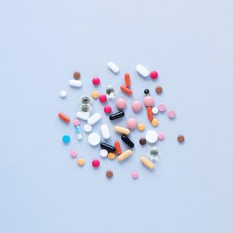 Разнообразие красочных болеутоляющих на столе крупным планом
