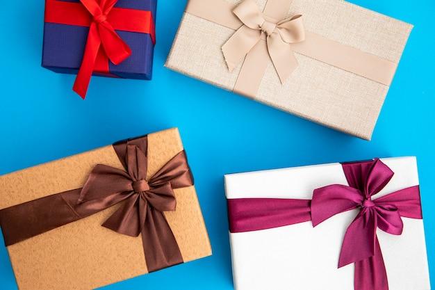 다양한 색깔의 선물을 닫습니다