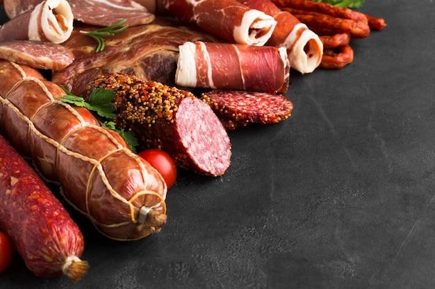 テーブルの上のおいしい肉のクローズアップのさまざまな