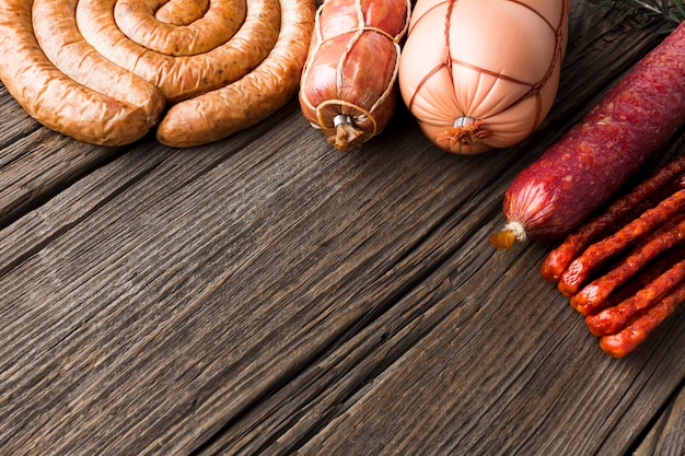 テーブルの上のおいしい豚肉のクローズアップのさまざまな