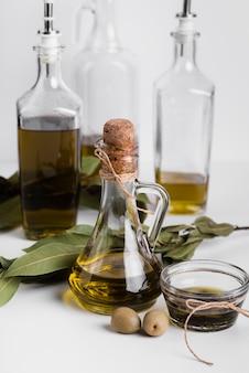 Close-up varietà di olio d'oliva sul tavolo