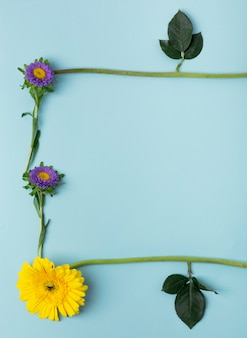 자연 프레임을 형성하는 다양한 종류의 꽃과 잎의 근접