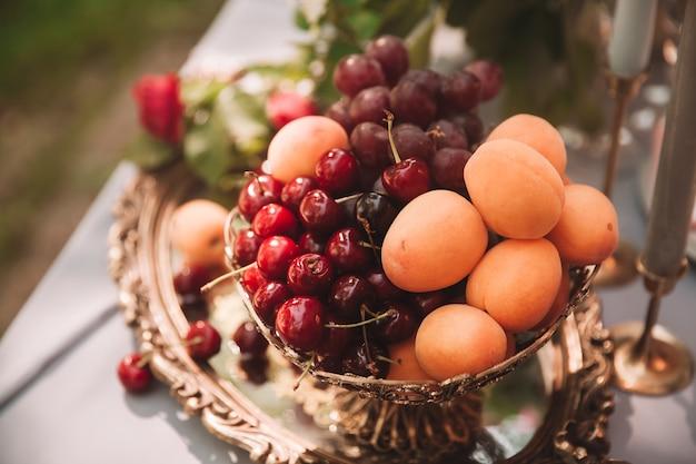 확대. 과일과 휴일 테이블에 촛불 꽃병