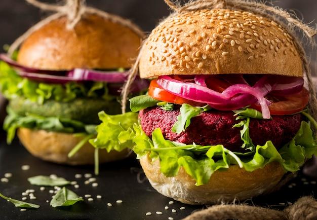 Крупным планом вегетарианские гамбургеры на разделочной доске