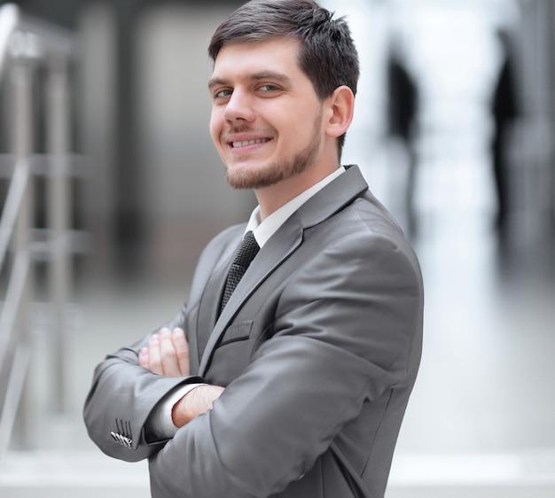 Закройте вверх. очень счастливый бизнесмен в своем офисе
