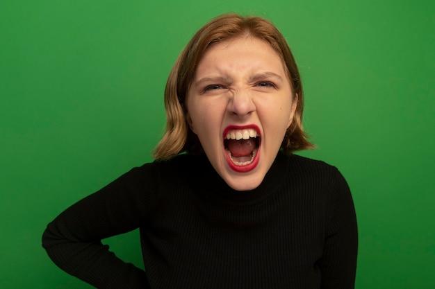 Vista ravvicinata di una giovane donna bionda arrabbiata che urla