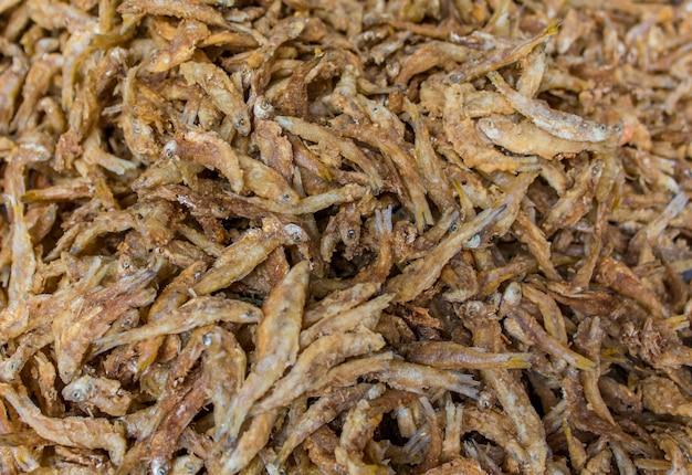 Крупным планом вид на жареных рыбок
