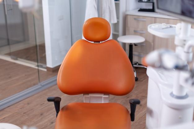 誰もいない現代の歯科医院の歯科医ツールのセットのクローズアップビュー。口腔病クリニックの内部。
