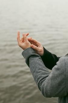 Vista ravvicinata delle coppie che tengono le mani