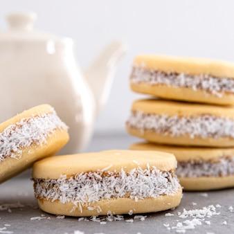 Vista ravvicinata di deliziosi biscotti alfajores