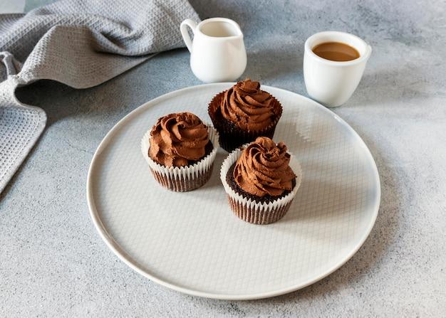 Vista ravvicinata di deliziosi cupcakes al cioccolato