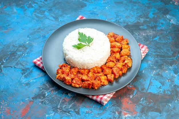 Vista ravvicinata del delizioso pasto di riso sulla piastra