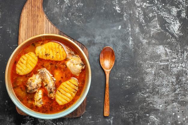 Vista ravvicinata della cena con pollo sul tagliere