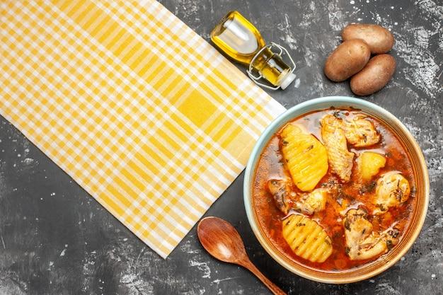 Primo piano sopra vista di patate cadute bottiglia di olio e zuppa di pollo