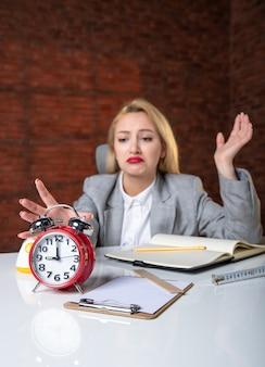 Крупным планом женщина-инженер сидит за своим рабочим местом