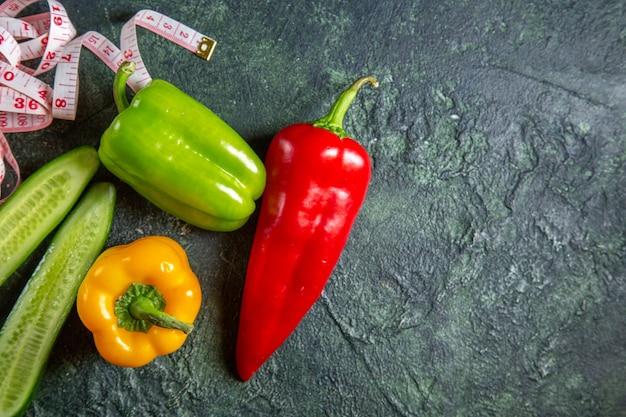 Vista ravvicinata di verdure biologiche fresche sulla superficie di colori della miscela con spazio libero