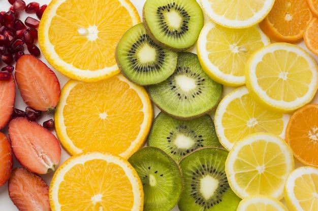 Vista del primo piano del concetto delle fette di frutti