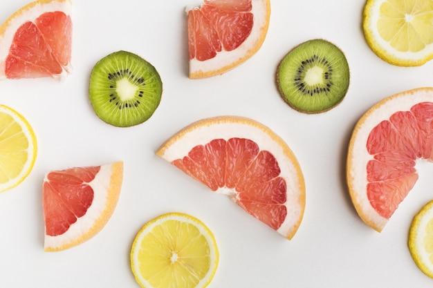 Vista del primo piano delle fette del kiwi e del limone del pompelmo
