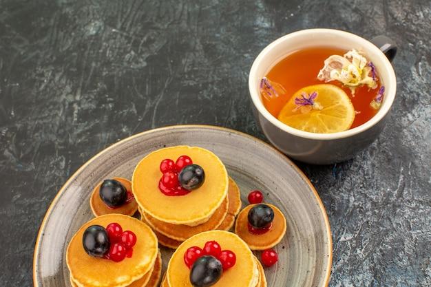 Vista ravvicinata di frittelle fatte in casa e tè al limone