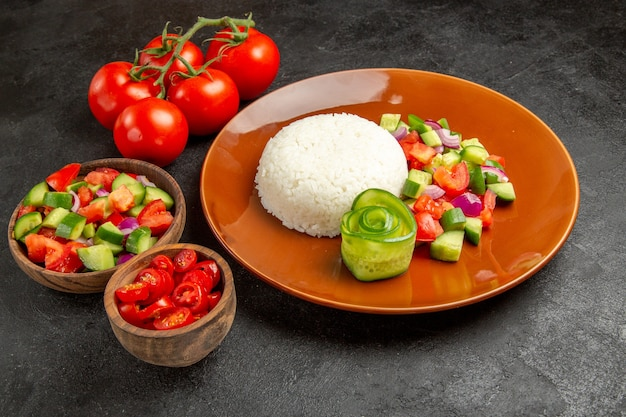 Vista ravvicinata del piatto di riso fatto in casa e verdure su oscurità