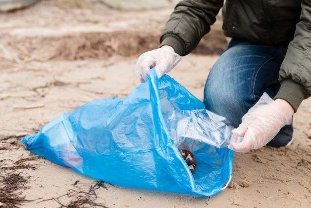 Vista del primo piano del bambino che tiene sacchetto di plastica