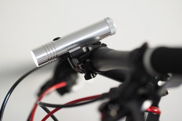 拡大図。自転車のハンドルバーにled懐中電灯。