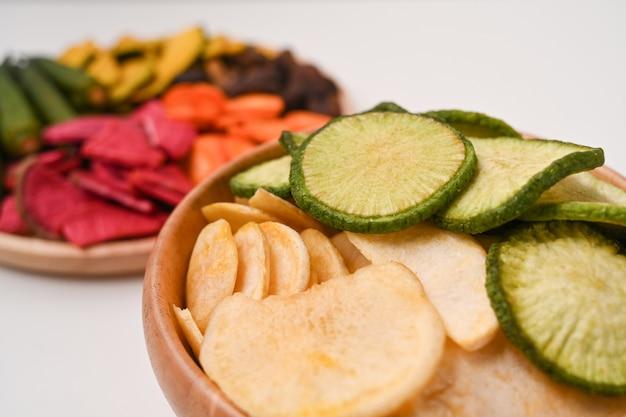 クローズアップビューミックス野菜チップスを木製のボウルに入れます。