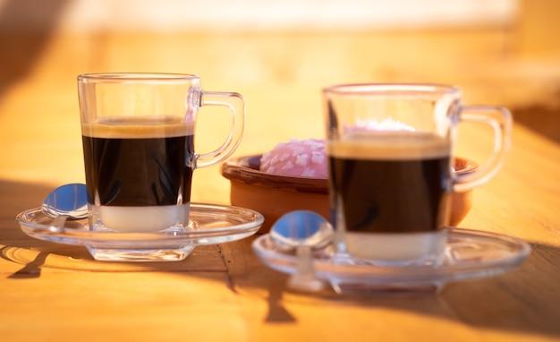 연유와 에스프레소 커피로 만든 전통적인 스페인 커피 몇 가지를 가까이서 볼 수 있습니다. 가장 먼 컵에 초점
