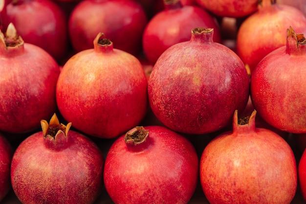 신선한 육즙이 많은 석류 더미의 클로즈업 보기