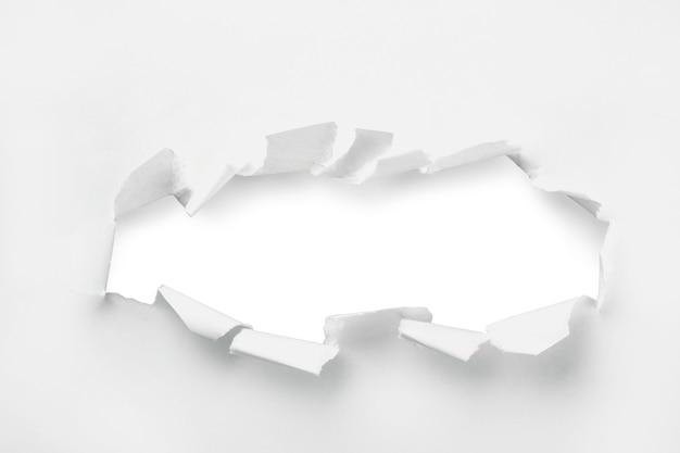 Крупным планом отверстие в бумаге
