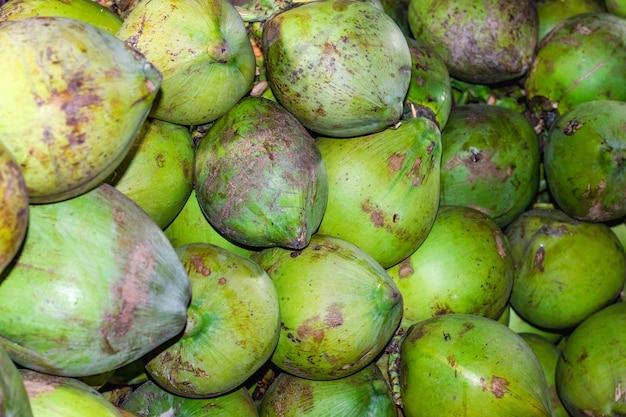 조직화된 녹색 생 코코넛 더미의 클로즈업 보기