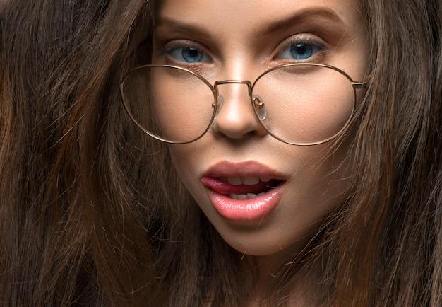 眼鏡のセクシーな女性のクローズアップ表示。