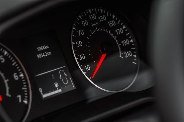 車のスピードメーターの拡大図。キロメートルカウンター。車の速度計とダッシュボード。