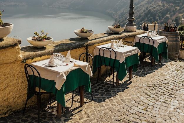 이탈리아, castel gandolfo의 레스토랑에서 설정된 테이블의 뷰를 닫습니다.