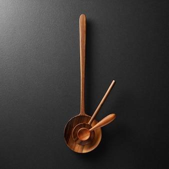 시계 바늘과 텍스트를 위한 빈 공간이 있는 나무 숟가락의 클로즈업 보기