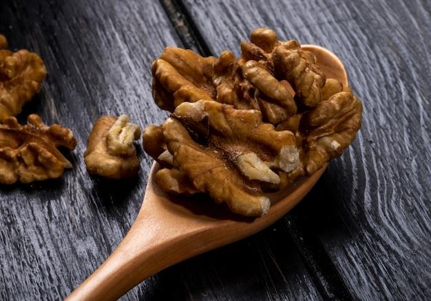 Крупным планом вид деревянной ложкой с грецкими орехами на деревенском