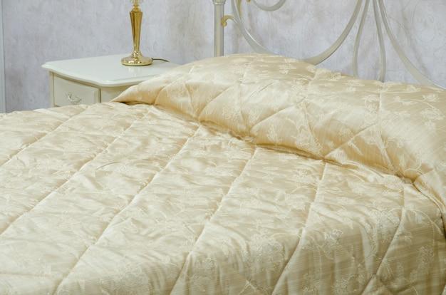 Крупным планом вид желтого одеяла в спальне