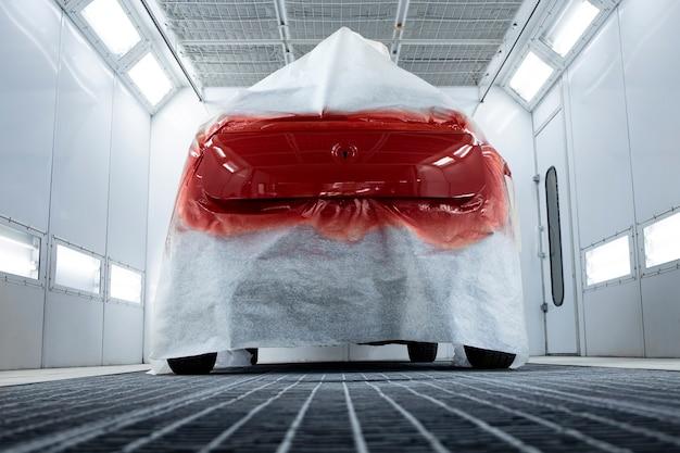 プロの塗装室で乾燥している自動車の塗料のクローズアップビュー