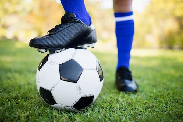 Крупным планом вид воздушного шара под футбольные бутсы в парке