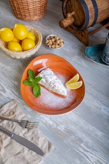 Крупным планом вид красивый элегантный сладкий десерт подается на тарелке