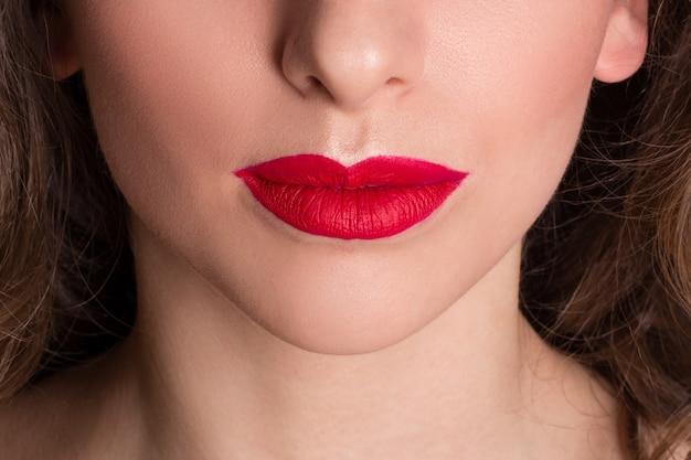 美しい女性の赤い唇のクローズアップビュー