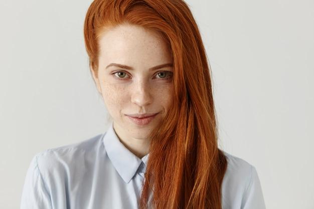 生姜髪とそばかすを探して、笑顔で美しい幸せな白人女性のクローズアップ表示