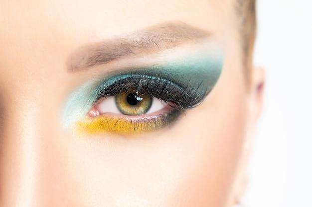 Крупным планом вид глаз красивой женщины с ярким макияжем.