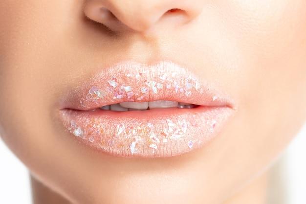 핑크 립스틱으로 아름 다운 여자 입술의보기를 닫습니다.