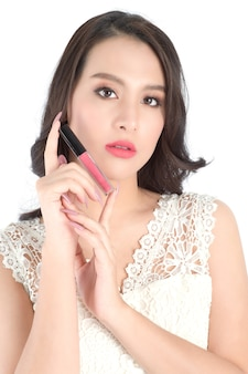 Крупным планом вид губ красивой женщины с розовой помадой.